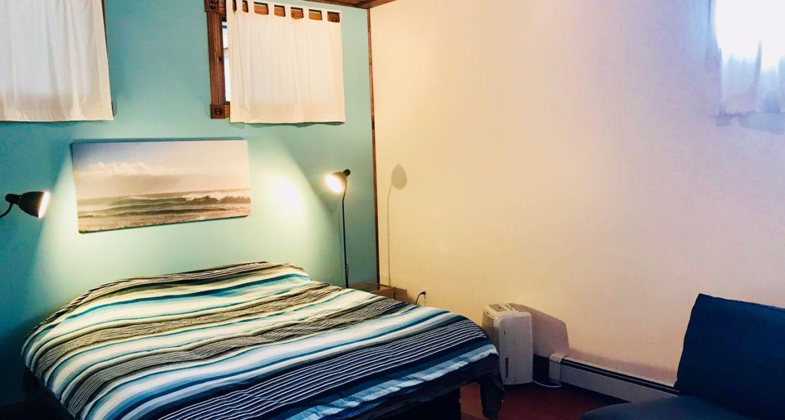 Maison Azur-Marine - Chambre avec lit king au demi sous-sol